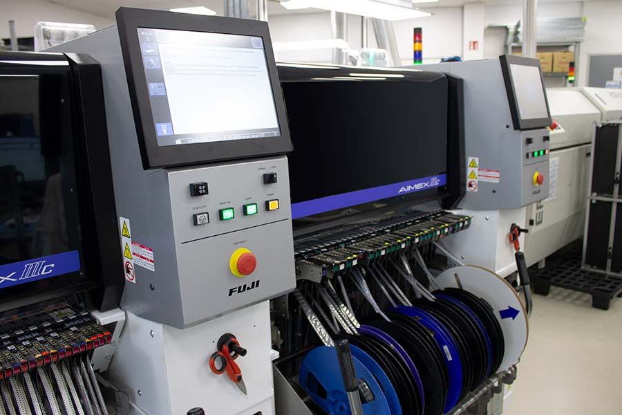 HESCH also produces small series with the Fuji AIMEX-IIIc automatic placement machine.