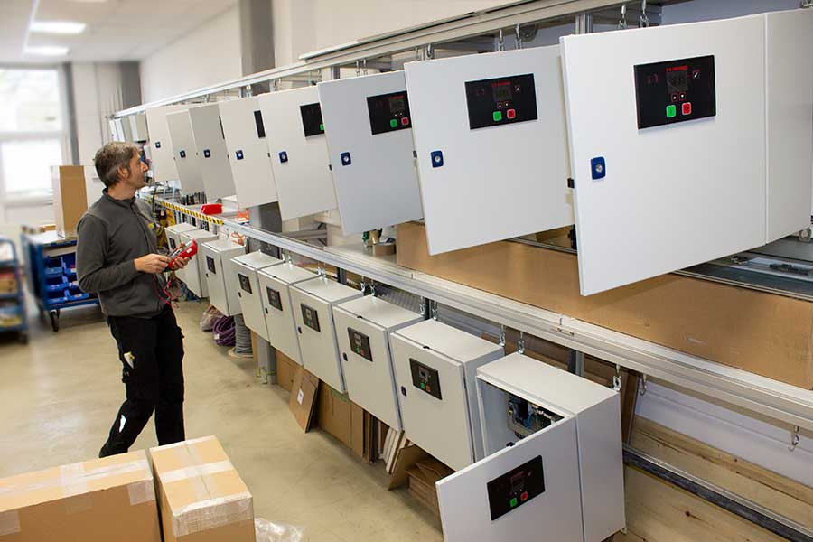 Switch cabinet production in series at HESCH