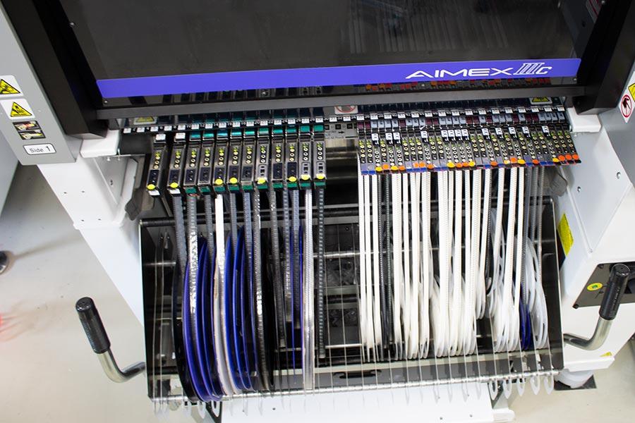 Elektronikfertigung mit dem Bestueckautomaten vom Branchenfuehrer Fuji mit 260-Feeder-Slots